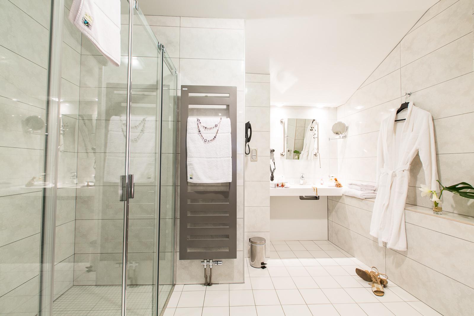 Hôtel Marotte chambre cosy salle de bain blanche douche